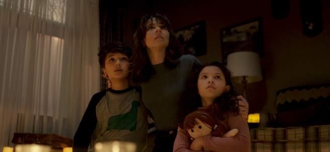 El personaje de Linda Cardellini y sus hijos.