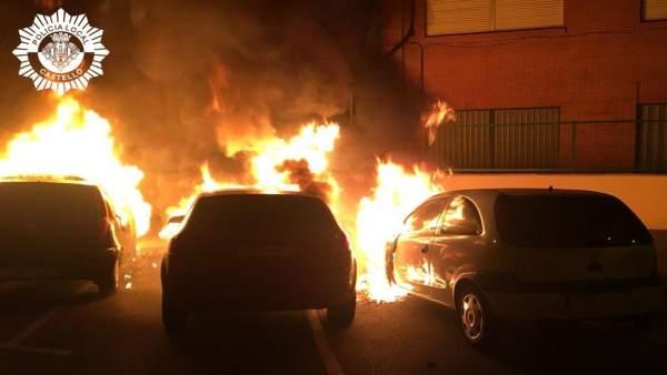 Castellón.- Sucesos.- Un incendio calcina tres vehículos y causa daños en otro