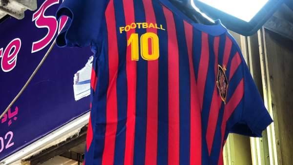 050c19ce0 La camiseta del Barcelona más falsa del mundo  nombre  Football  y escudo  de España