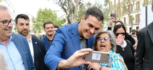 Pedro Sánchez se fotografía con simpatizantes durante el paseo electoral en Ibiza.