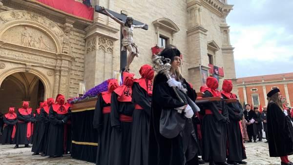 S. Santa.- El Cristo de la Luz ilumina Valladolid ante cientos de personas que se enfrentan a una fría mañana