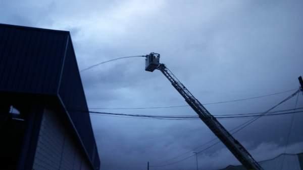 Cádiz.- Sucesos.- Sofocado un incendio en la nave de la ITV de Puerto Real tras una tormenta eléctrica