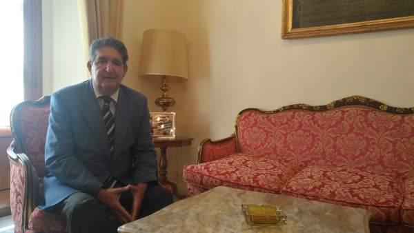 Sevilla.- Juanma Moreno agradece a José Joaquín Gallardo su 'entrega' tras 24 años como decano del Colegio de Abogados