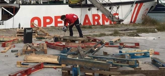 """El Open Arms pospone su salida al martes por """"restricciones portuarias por fuerte temporal""""."""