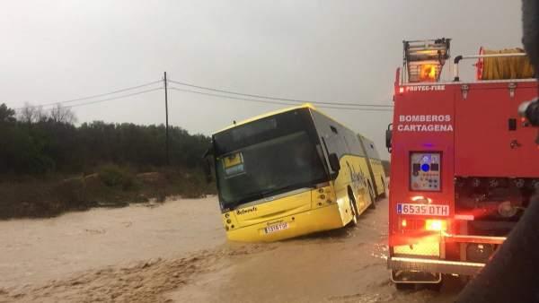 Imagen del autobús escolar atrapado por las lluvias en Cartagena