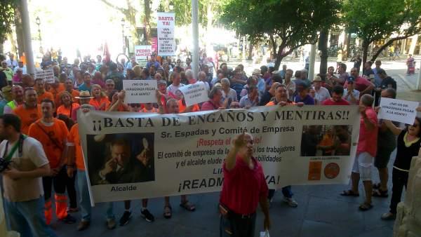 Sevilla.- Los exeventuales de Lipasam reclaman a los candidatos que se comprometan a 'cumplir' las sentencias a su favor