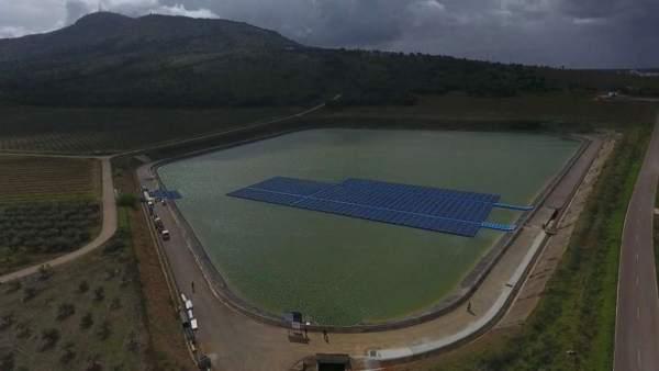 Instalan placas fotovoltaicas en una balsa de riego en Mérida para ahorrar costes en el bombeo de agua