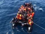 Rescatadas 35 personas, de ellas ocho menores, de una patera a una milla y media de Cádiz
