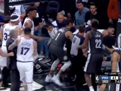 Pelea entre Sixers y Nets.