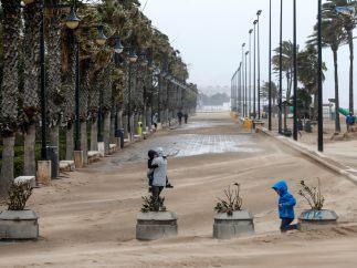 Paseo cubierto de arena en Valencia