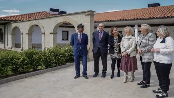 Tezanos destaca el compromiso de la residencia de San Felices para implicar a los mayores en la toma de decisiones