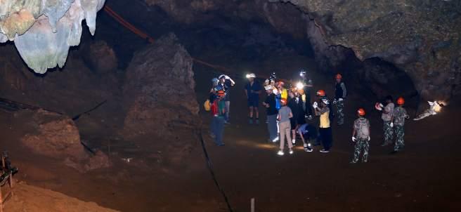 Erick Harris y Craig Challen en el interior de la cueva de la que rescataron a 12 niños y a su entrenador.