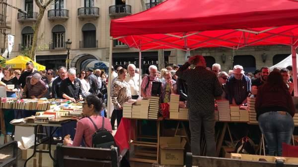 Libreros, floristas y panaderos encaran con optimismo el 'estallido de vida' de la Diada