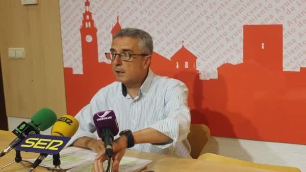 El alcalde de Lucena, Juan Pérez, en una rueda de prensa