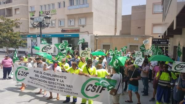 Almería.-Los trabajadores de Urbaser convocan una huelga indefinida de basura en Roquetas para después de Semana Santa