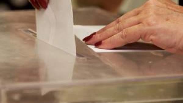 Voto introducido en una urna en Elecciones