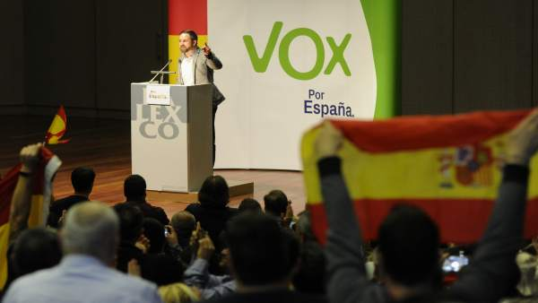 Santiago Abascal visita A Coruña en un acto de campaña electoral