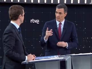 Sánchez y Casado, en el debate de RTVE.