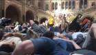 Unos activistas simulan su muerte en el museo de Historia Natural de Londres