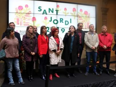 Ada Colau y representantes de formaciones políticas en el desayuno de Sant Jordi.