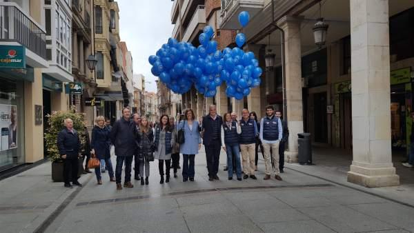 Ahí va una sobre agricultura y mi foto. Esteban González Pons recorre las calles de Palencia con los candidatos.