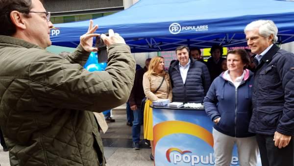 FOTO. FIRMA:EP. Fernández Mañueco hace una foto a Suárez Illana con una salmantina que se acercó a verle a la carpa elec