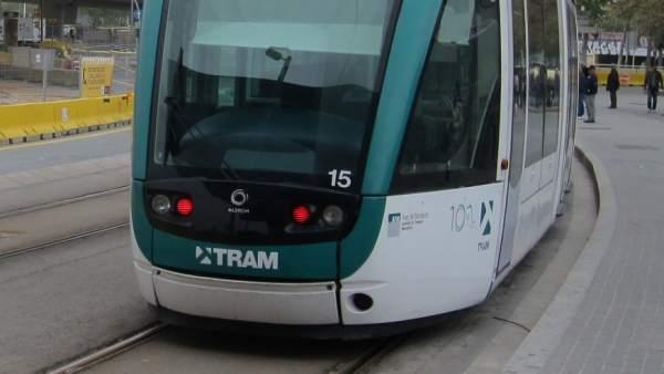El tranvía, entre la avenida Diagonal y la plaza de las Glòries.a