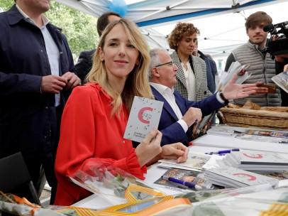 Cayetana Álvarez de Toledo firma ejemplares de la Constitución