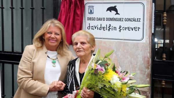 Málaga.- Marbella recuerda a David Delfín con el descubrimiento de una placa con su nombre en el barrio en el que creció