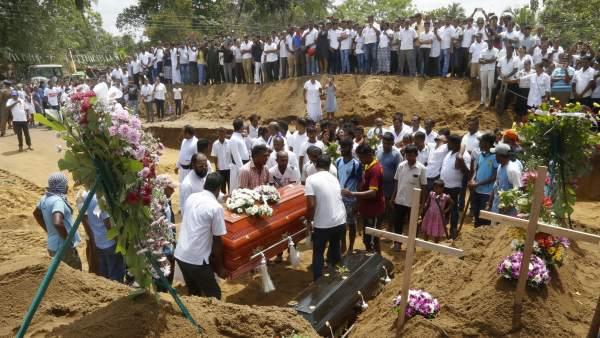Entierro de varias de las víctimas de los atentados en Sri Lanka