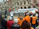 La asamblea de la Marea Pensionista delante del Parlament para reclamar una mejor aplicación de la RGC, con su portavoz, Diosdado Toledano, hablando ante una pancarta.