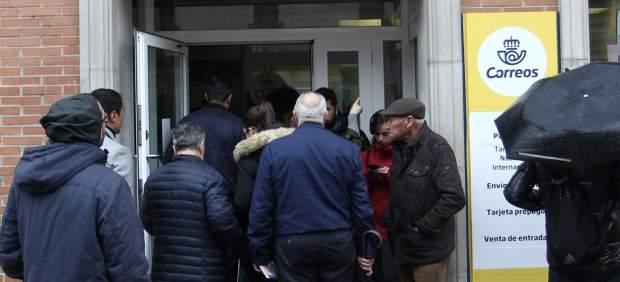Una oficina de Correos de Madrid colapsada días antes de las elecciones.