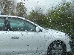 Lluvia en la ventanilla de un vehículo