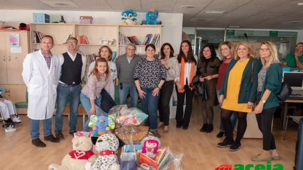 Córdoba.- Escuelas de Aceia donan 900 libros para niños al Hospital Reina Sofía y al Infanta Margarita de Cabra