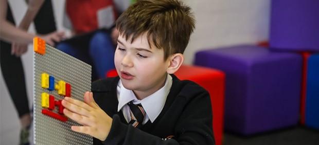 Lego crea 'ladrillos de braille' para niños con discapacidad visual