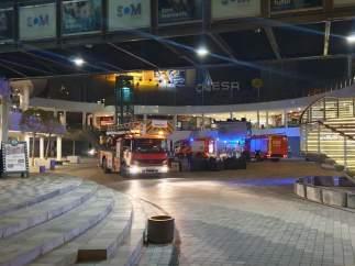 Bomberos en el centro comercial Multiespai de Sant Andreu.
