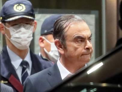 El expresidente de Nissan Motor Carlos Ghosn abandona el centro de reclusión tras quedar en libertad bajo fianza.