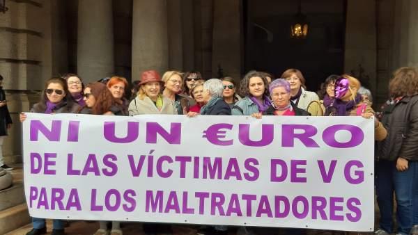 Col·lectius de dones demanen davant l'Ajuntament de València que els fons per a violència de gènere vagen a les víctimes