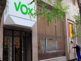 Cristales rotos en la sede de Vox