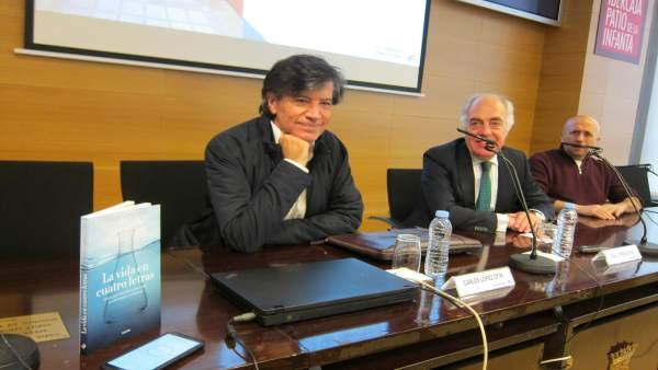 El científico López-Otín expresa su voluntad de reconstruir el laboratorio en Asturias, pero sin prisas