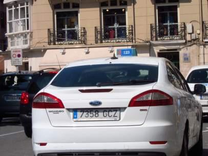 Imagen de un taxi en la calle.