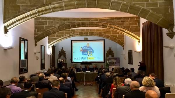 Cuevas aboga por trabajo común de administraciones públicas y empresas para 'construir infraestructuras más sostenibles'