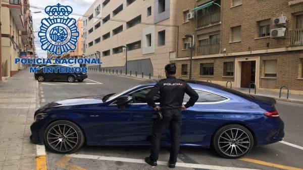 Detingudes tres persones a Alacant després de firmar un préstec fraudulent per a finançar un cotxe d'alta gamma