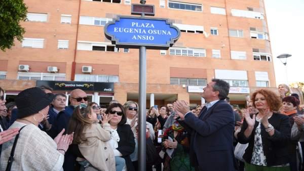 Sevilla.- Ayuntamiento reconoce con una plaza a Eugenia 'Yeni' Osuna Ansio, presidenta de Vecinos Andalucía Residencial