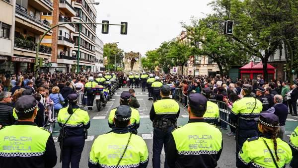 Semana Santa Sevilla 2019. Policia Local rinde honores a la Virgen de la Concepción. Hermandad de la Trinidad