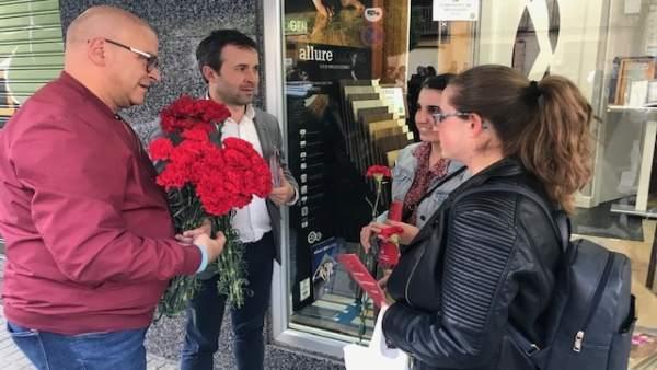 Jaén.- 28A.- El PSOE regala claveles y pide el voto ante el posible 'pacto miserable con la ultraderecha'