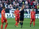 Jesús Vallejo ve la cartulina amarilla en el Rayo vs. Real Madrid.