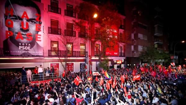 Simpatizantes socialistas celebran el resultado del PSOE en las elecciones generales