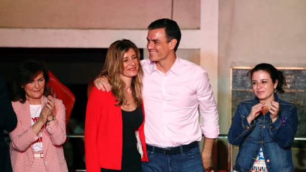El candidato a la presidencia del Gobierno, Pedro Sánchez, acompañado por su mujer, María Begoña Gómez, Carmen Calvo (i) y Adriana Lastra