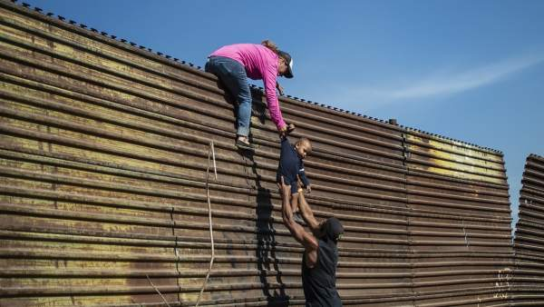 """Climbing the Border Fence"" tercer premio noticias actualidad."